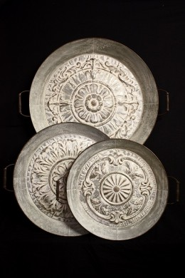 SET OF 3 METAL TRAYS WITH EMBOSSED FLORAL PATTERN [489363]